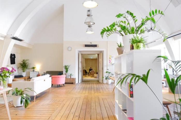 witte huiskamer met bruine vloer
