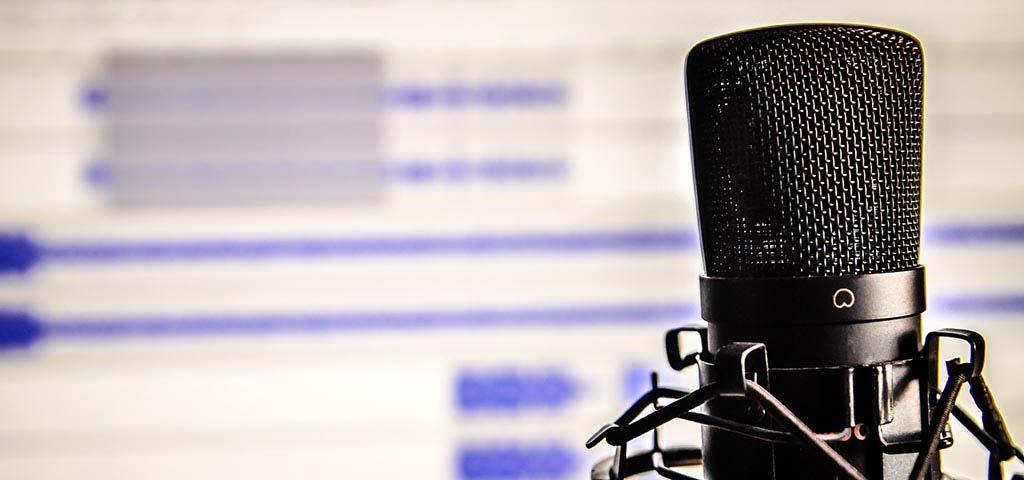 Mikrofon vor einem Computerbildschirm