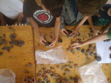 reconstitution de poteries à partir de fragments