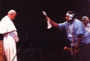 Jean-Paul II se faisant bénir selon un rite païen
