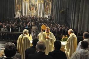 Le laïc déguisé en évêque montre le Cookie aux gens qui sont derrière…