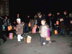 Les enfants défilent dans la rue, avec une lanterne...
