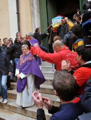 Photo du cercueil de Don Gallo sortant de l'église