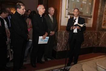 """Cathédrale de Buenos Aires – 28 février 2014 : le rabbin Bergman récitant la prière du Kaddish pour le """"Cardinal"""" Quarracino, ancien """"archevêque"""" de Buenos Aires."""