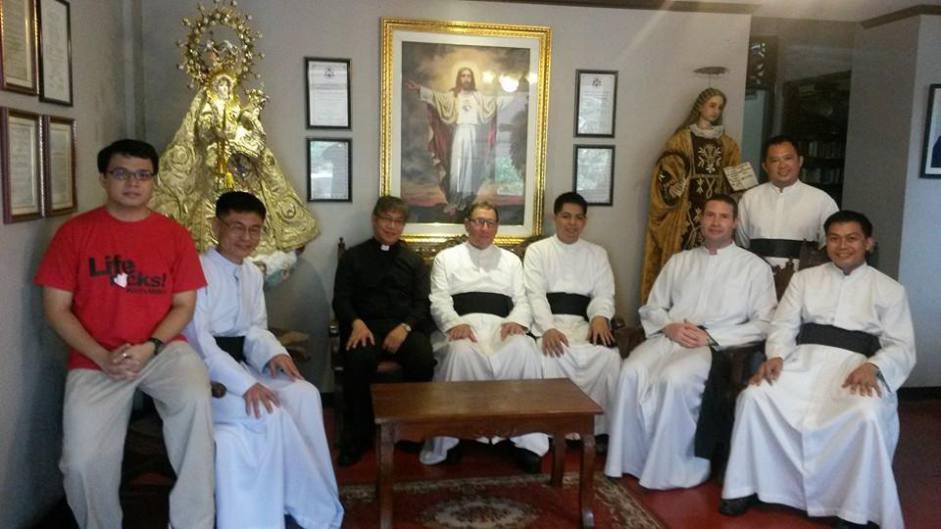 Photo de groupe après une visite cordiale le 18 Novembre 2014 à Notre-Dame des Victoires, église de la Fraternité Saint-Pie X.