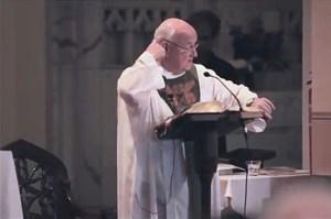 """Father Bob pendant sa """"messe""""..."""