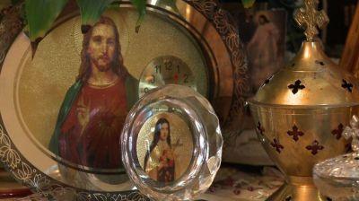 Des icônes religieuses dans le salon d'une famille chaldéenne à Sarcelles