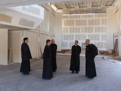 L'évêque irréprochable et ses partisans serviles