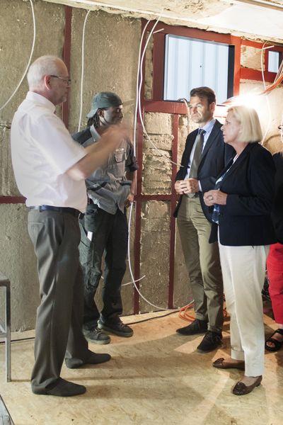 , Hilde Mattheis, Mitglied des Bundestages und Jörg Seibold, Bürgermeister der Blautopfstadt Blaubeuren zu Besuch bei Heinkel Modulbau, Heinkel Modulbau