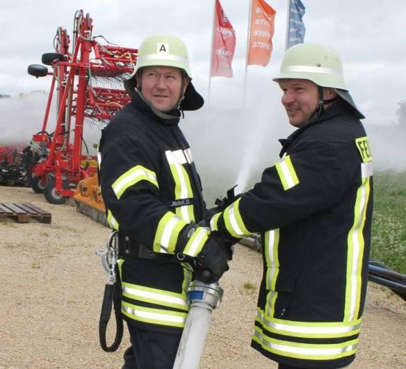 Die Inneringer Feuerwehrmänner Dietmar Jäckel (links) und Siegfried Flöß bei der Arbeit. Ihre Gesichter sind entspannt, denn schließlich geht es bei dem Einsatz lediglich um eine Übung.