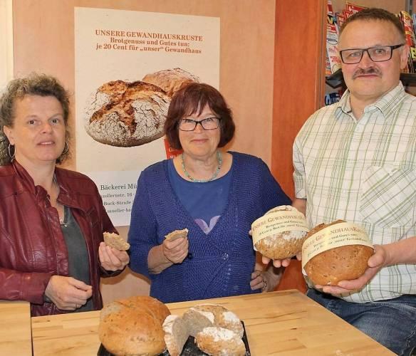 Bei der Verkostung überzeugen sich Daniela Müller (links) und Ilse Wolf von der würzigen Schmackhaftigkeit der Gewandhauskruste. Robert Müller zeigt die beiden Brotlaibe.