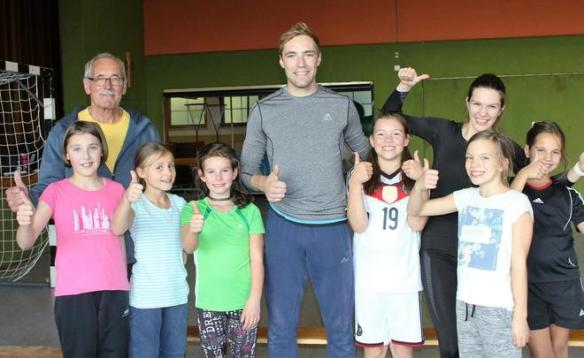 Die Inneringer Sportler freuen sich über die besondere Trainingseinheit mit den Weitspringern Max Kottmann (Mitte) und Alina Rotaru (rechts hinten) - Bild: Sabine Rösch