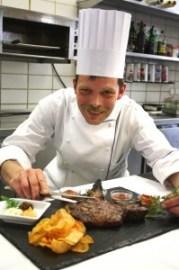 Unser Küchenchef in Bad Brückenau mit einem DryAged Steak