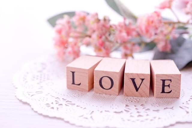 4本の直方体それぞれの一面に一文字ずつ書かれた「LOVE」の文字
