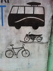 Le bus écrase la moto, qui écrase le vélo. Simple ?