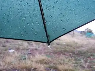 Umbrella_with_raindrops