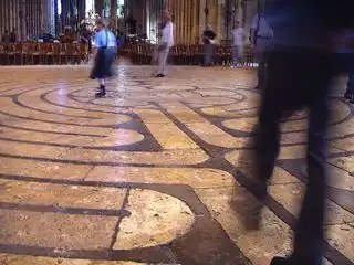 800px-Labyrinth_at_Chartres_Cathedral