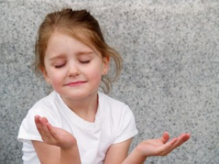 girl meditating - transcendental vs. mindfulness meditation