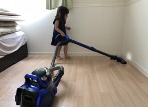 掃除をする娘
