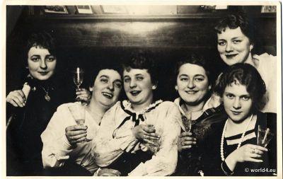 German girls fashion. 1920s. Berlin Roaring Twenties. Flapper fashion. Art deco costumes.