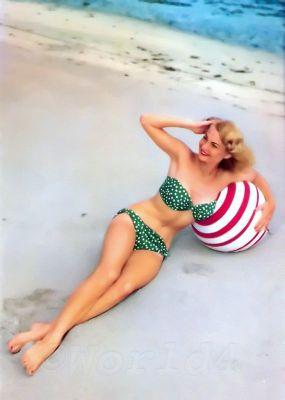 Pin-up girl in Bandeau Bikini. Marilyn Monroe Style, Fashion & Looks. Mid-century Boho style bathing suit.