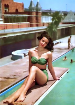 Pin-up girl in Bandeau Bikini. Marilyn Monroe Style, Fashion & Looks. Mid-century Boho style bathing suit.