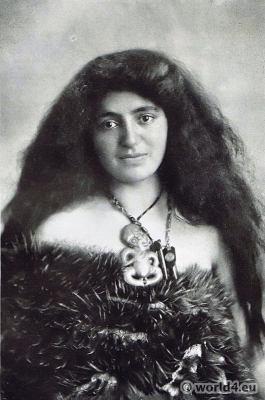 Māori Wahine costumes. kiwi feathers. pendent heitiki. Traditional New Zealand dress
