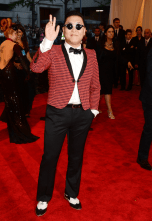 best-psy-was-perfectly-in-theme-in-this-anti-tuxedo