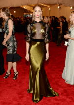 best-rosie-huntington-whiteley-dared-to-bare-in-a-revealing-gucci-black-and-gold-gown