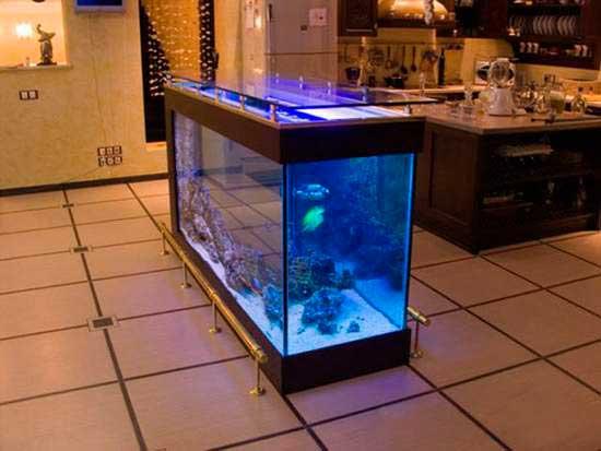 Стол в виде аквариума