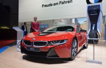 BMWi8プロトンレッドエディションの実車画像!青より断然似合う!