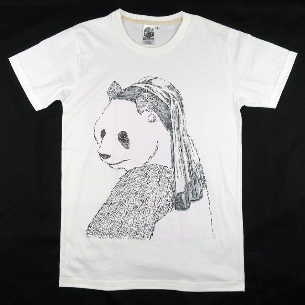 「真珠の耳飾りのパンダ」Tシャツ