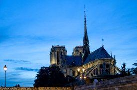 Notre-Dame вечером - вид c реки Сена