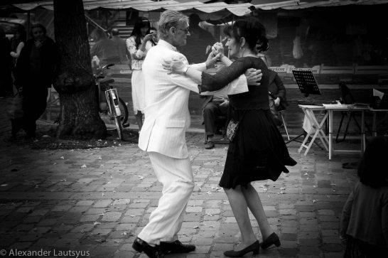 Танец на мостовой