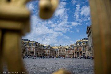 Вид на Версальский Дворец сквозь ограду