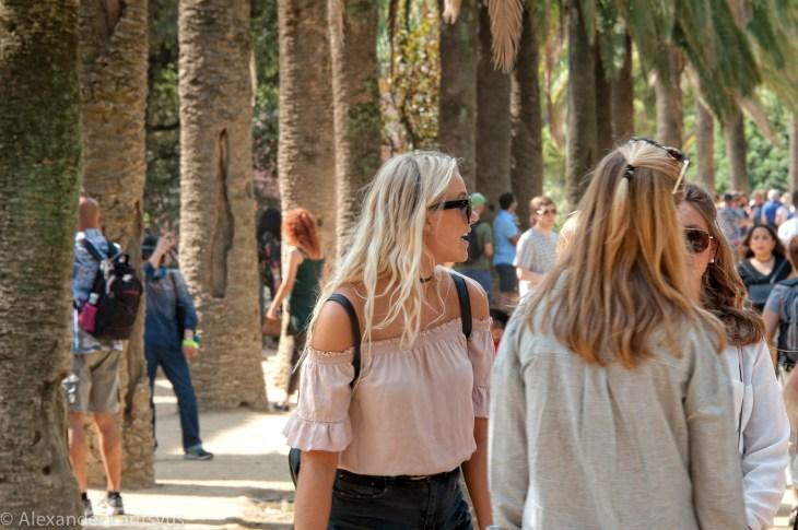 Туристы в парке Гуэль