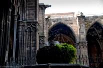 Скульптура всадника во дворе собора Барселоны