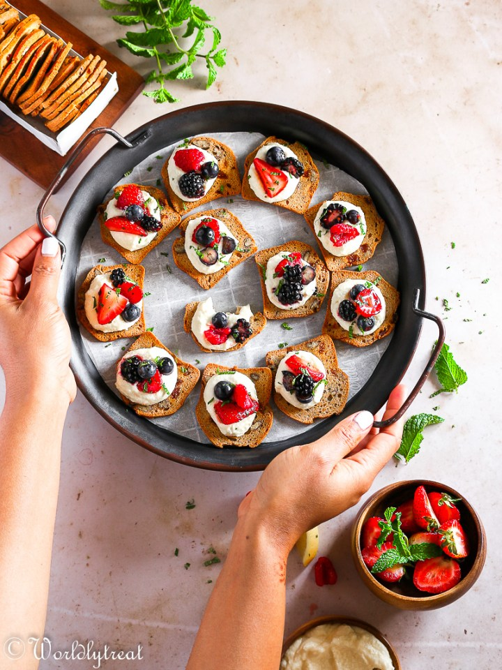 cracker crisps with mascarpone and berries