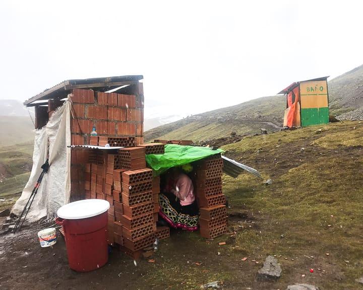 bathroom bano at rainbow mountain