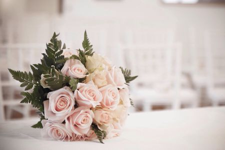 bouquet-of-roses-on-table