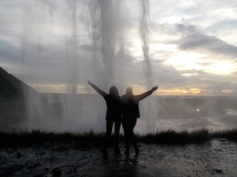 Eva und ich hinter dem Seljalandsfoss