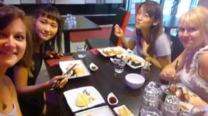 Lecker Sushi mit den zwei japanischen Mädels