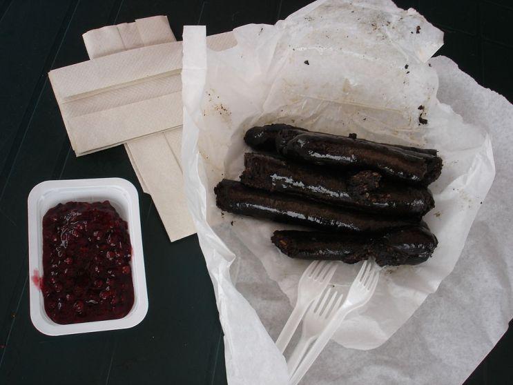 Schwarze Blutwurst mit Preiselbeermarmelade: Mustamakkara