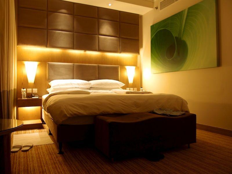Blick auf das Bett im Doppelzimmer des Traders Qaryat Al Beri