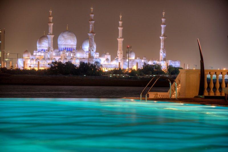 Blick über den Hotelpool im Shangri-La Hotel auf die Sheikh Zayed Grand Mosque