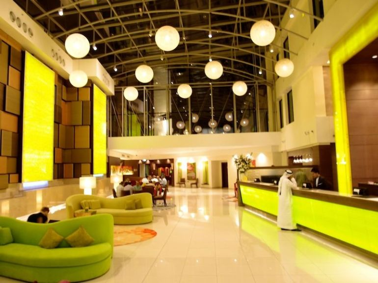 Blick vom Hoteleingang des Traders Qaryat Al Beri in die Lobby