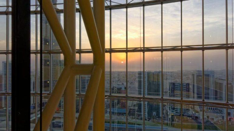 Jumeirah Emirates Towers | Blick aus dem Aufzug bei Sonnenuntergang auf Dubais Skyline