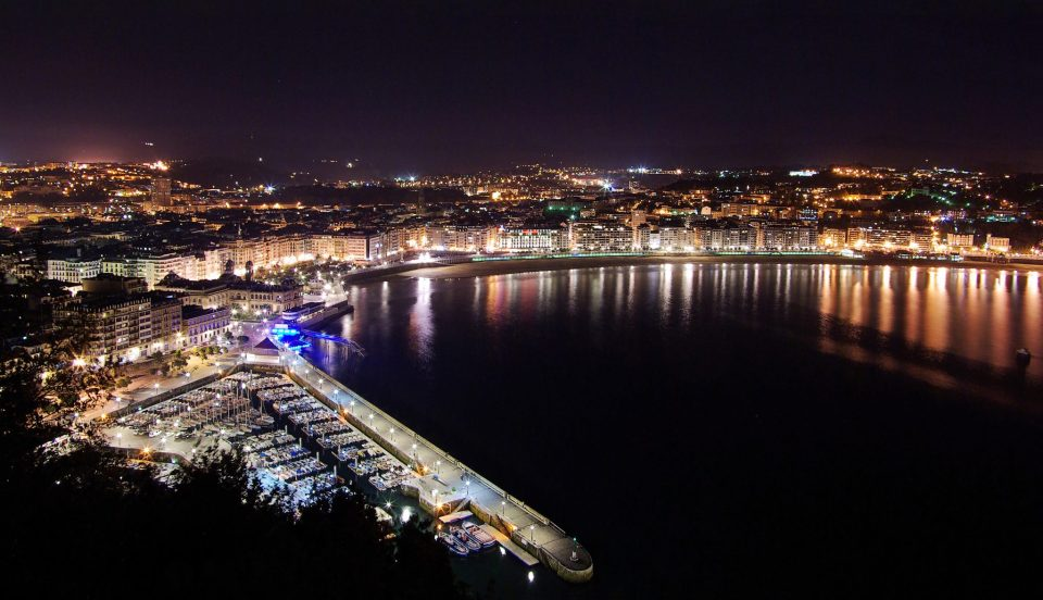 San_Sebastian_at_night_from_Monte_Urgull.jpg