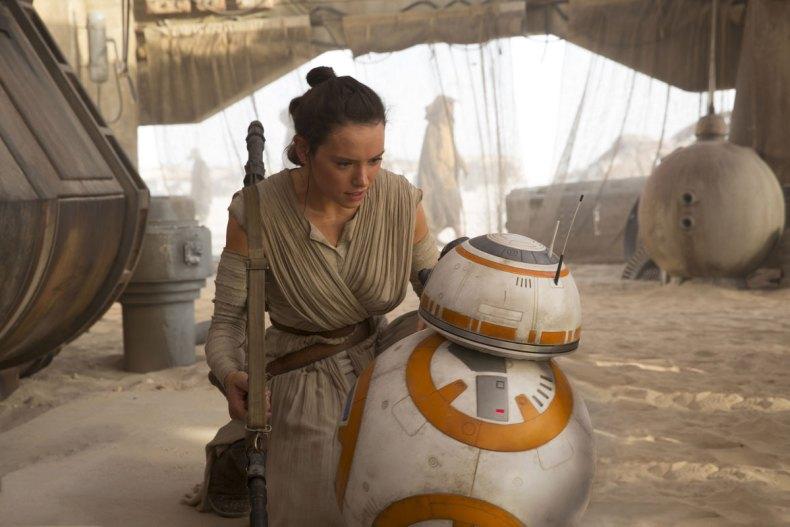 Rey rencontre le robot BB-8