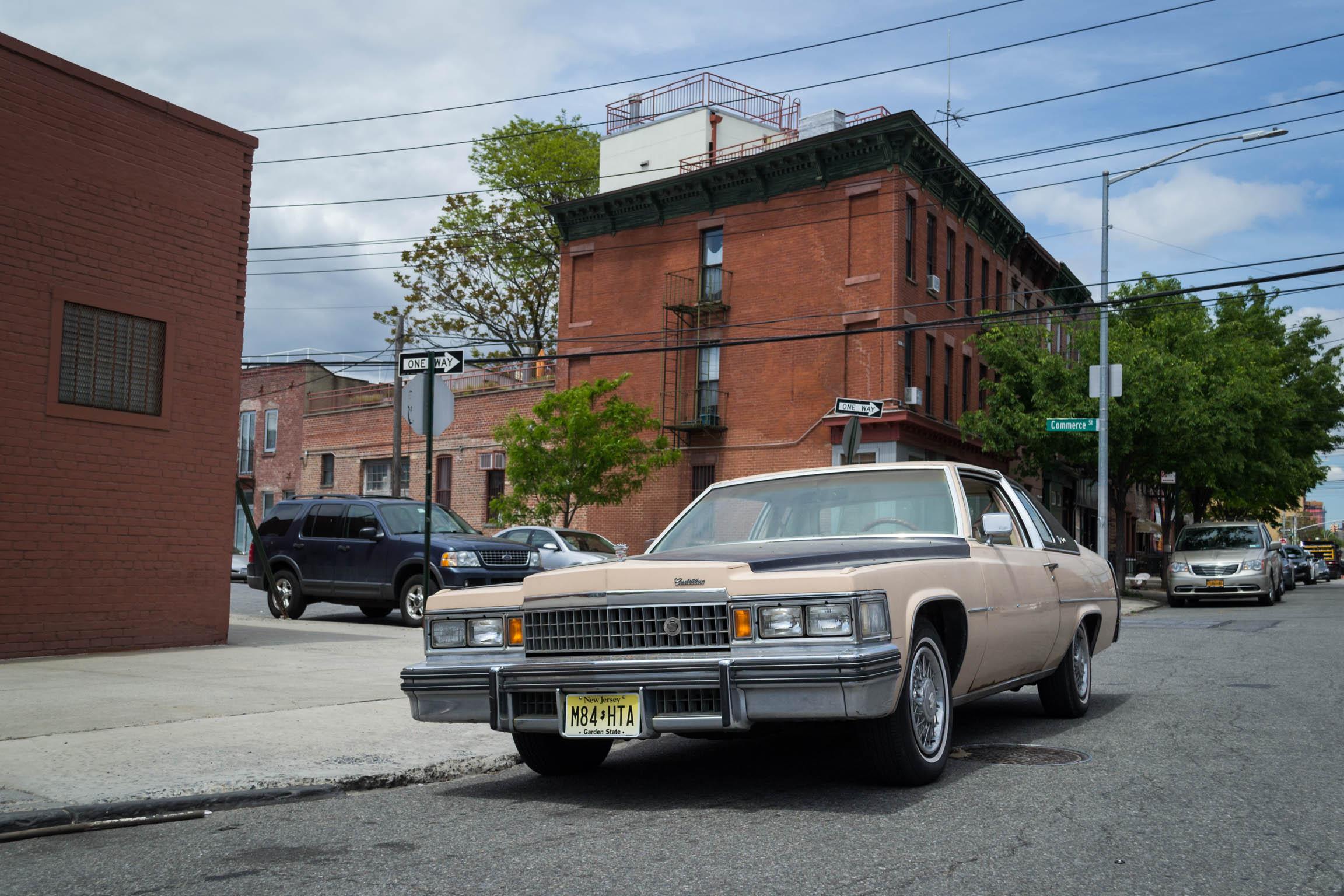 Une voiture ancienne en plein Brooklyn